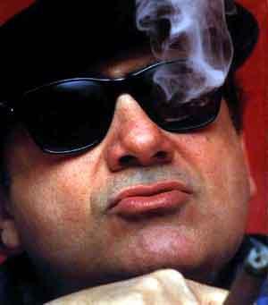 Danny DeVito — маленький парень, который очень любит большие сигары